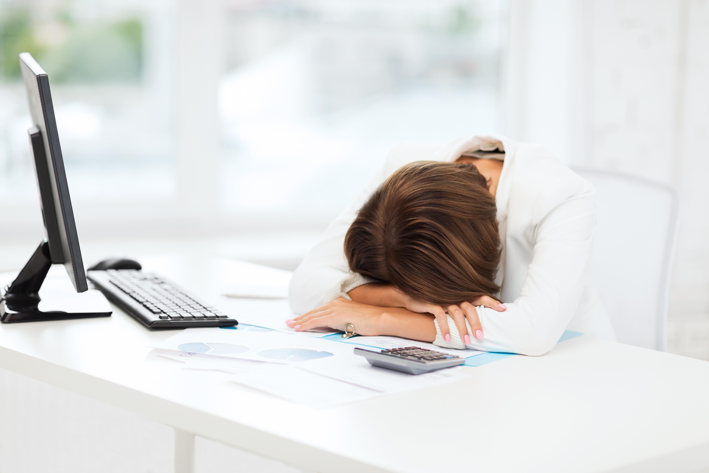 уставшая девушка с работы