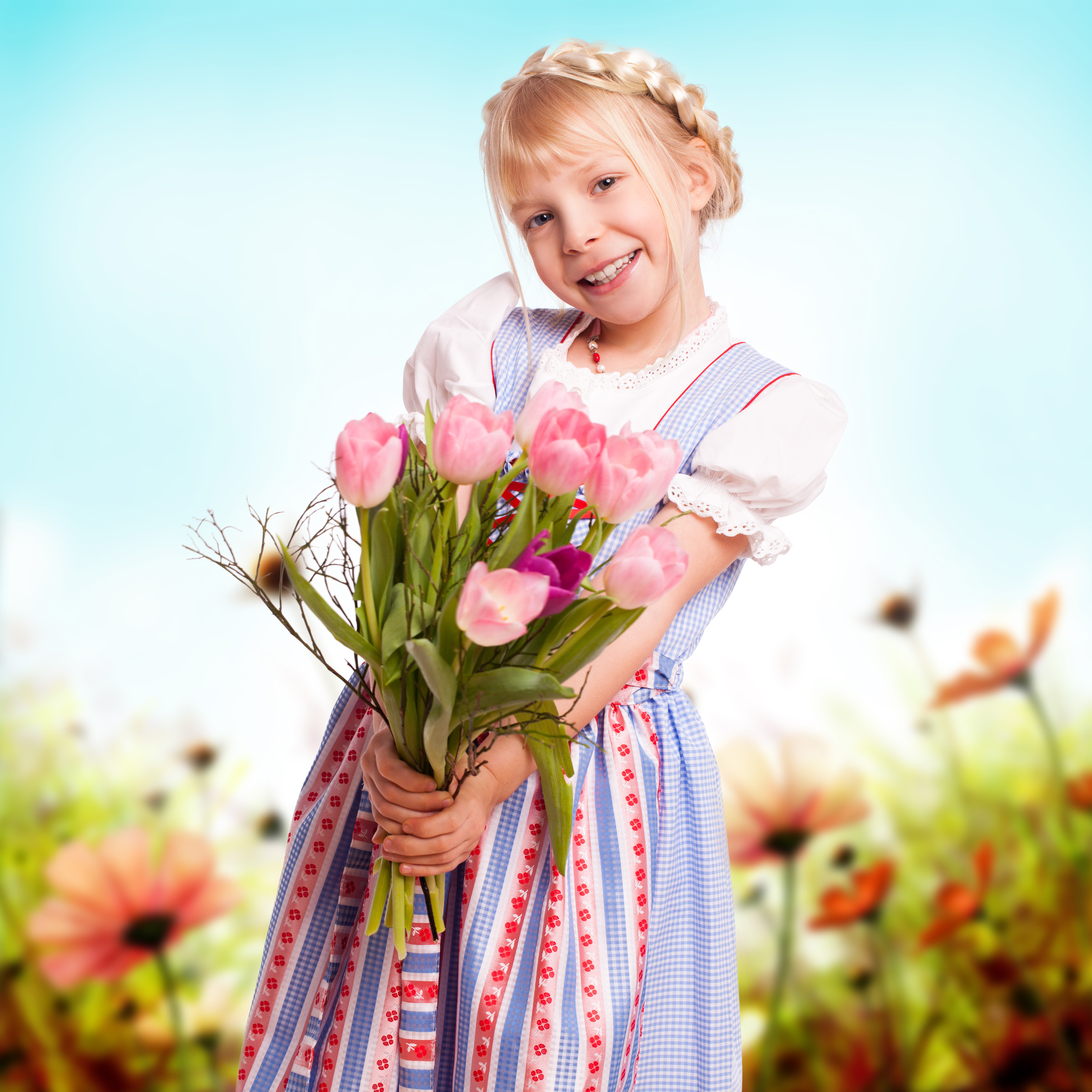 Картинки как девочка дарит цветы