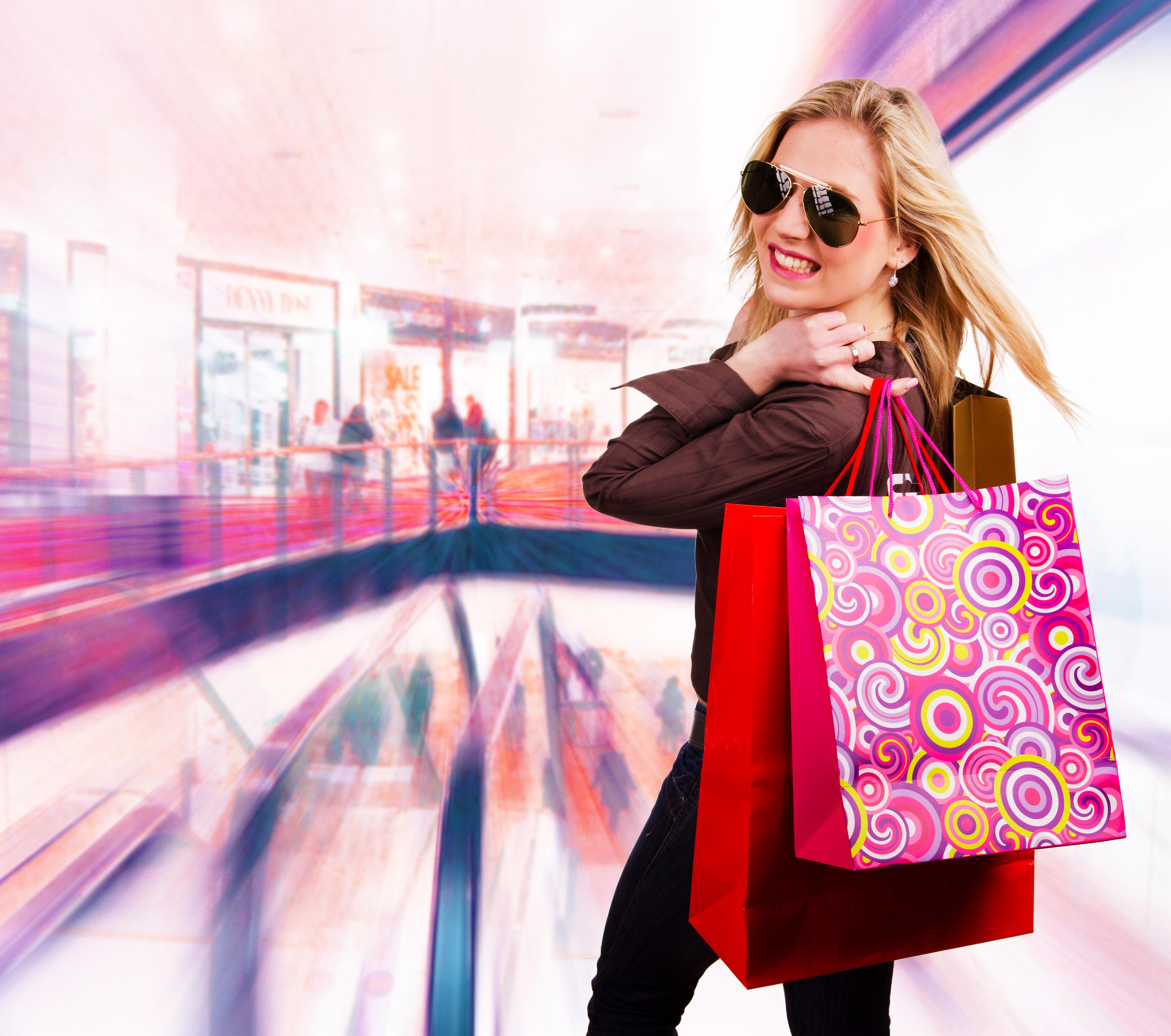 Картинка девушка с покупками одежды