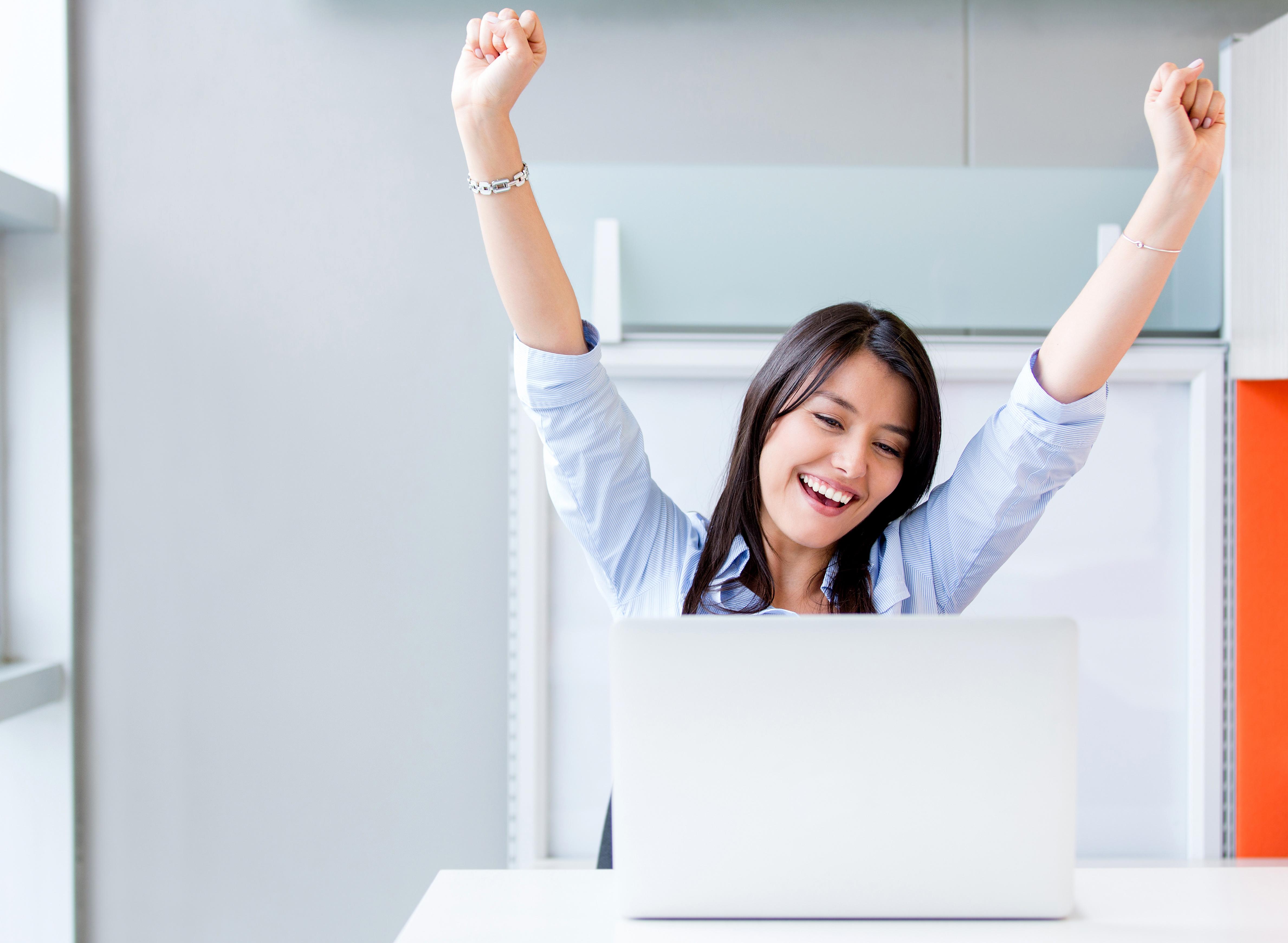 Девушка на работе с ноутбуком elena samsonova