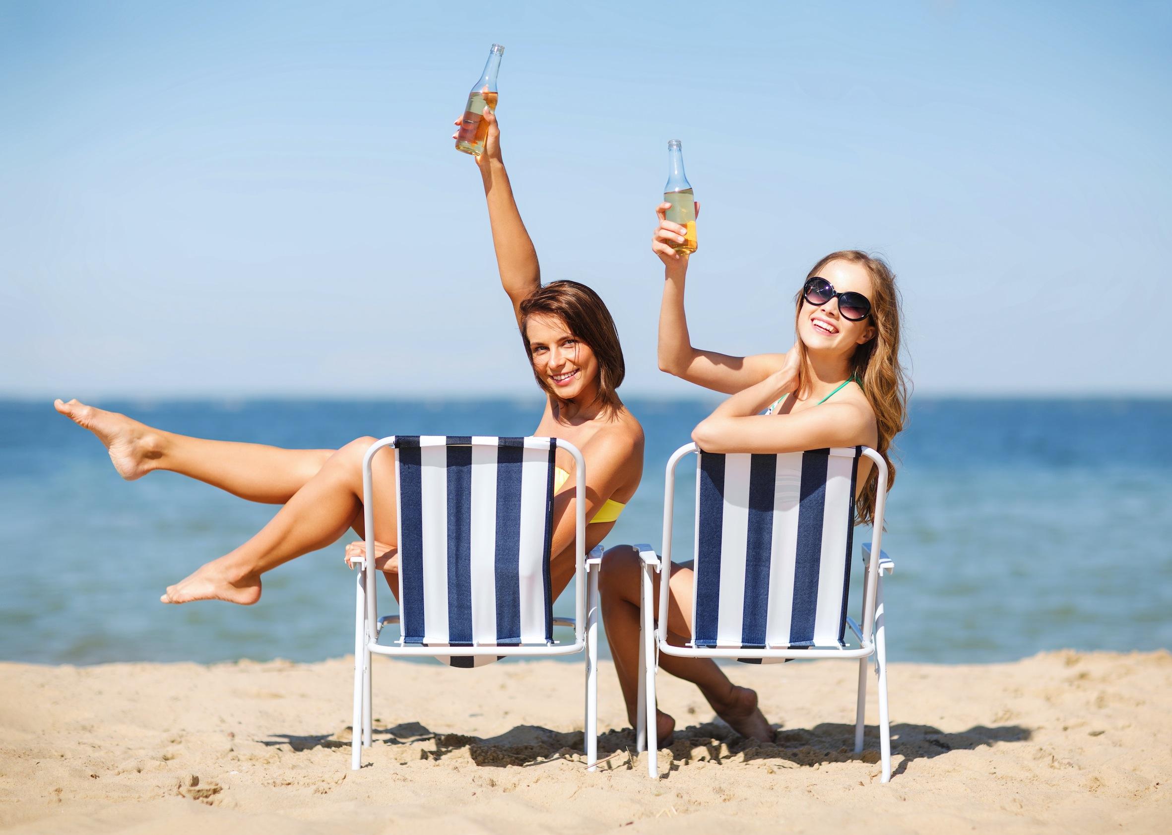 Девушки на пляже (65 фото)