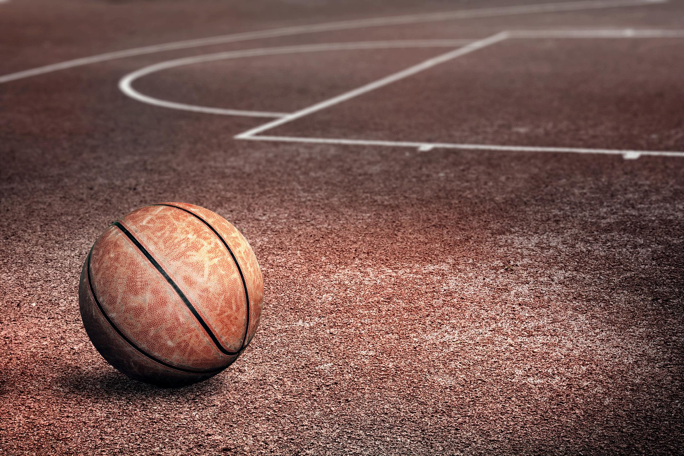 Девушка с мячом баскетбольным 4