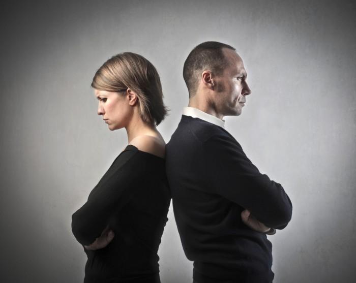 Качественный растовый клипарт мужчина и женщина стоят спиной к спине.