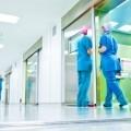 Стоковая фотография отделения клиники с медецинскими работниками.