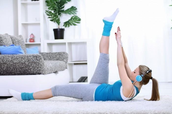 Качественный растовый клипарт на тему фитнеса. Девушка выполняет физические упражнения.