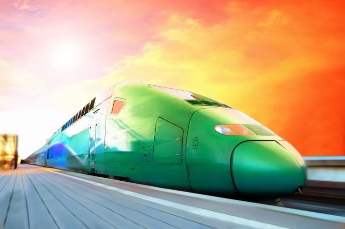 Стоковая фотография с изображением современного поезда мчащегося на скорости.