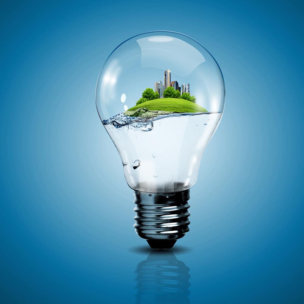 Стоковая фотография с лампочкой, внутри которой изображен город.
