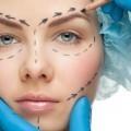 Тема пластической хируругии. Лицо девушки в руках доктора