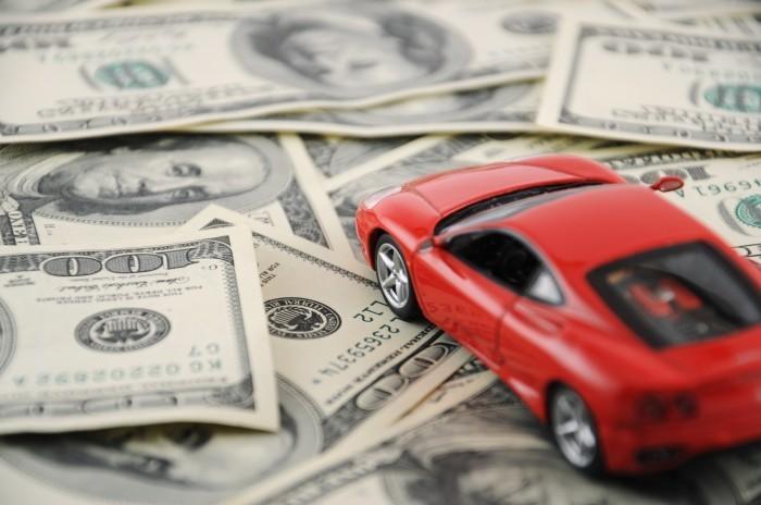 Качественнный растровый клипарт с изображением денежных единиц с красным игрушечным авто.