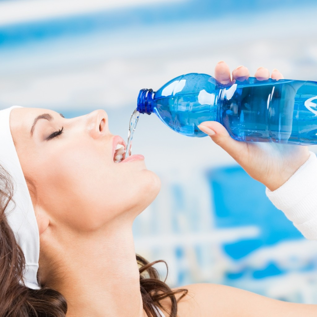 Fotolia 52395774 Subscription XL 1024x1024 Спортсменка пьет воду   Athlete drinks water