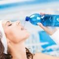 Спортсменка пьет воду - Athlete drinks water