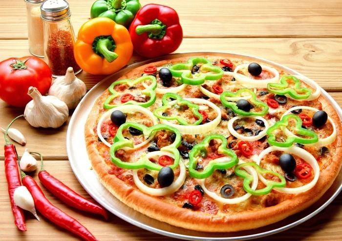 Качественный растровый клипарт с изображением пиццы с овощами.