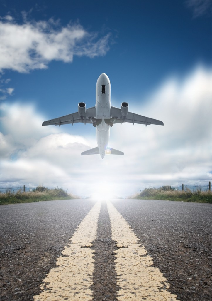 Fotolia 8789554 Subscription XL 723x1024 Самолет на взлетной полосе   Plane on the runway