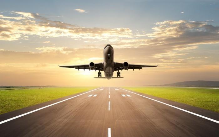 Самолет на взлетной полосе - Plane on runway