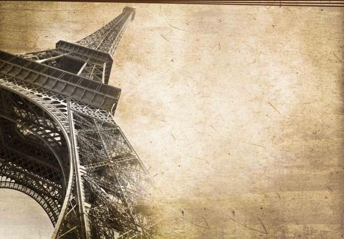 Качественный растовый клипарт с изображением Эйфелевой башни под наклоном.