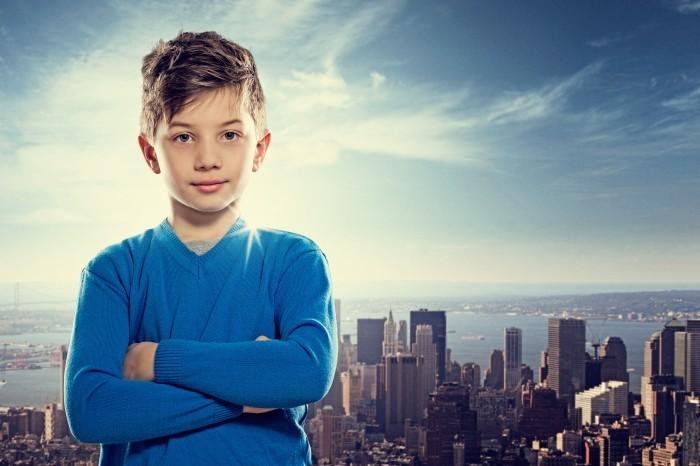 Мальчик на фоне города - Boy on background of city