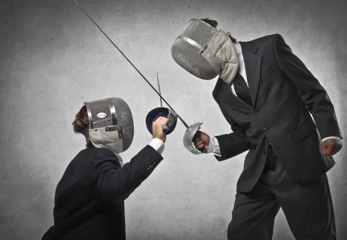 Качественный растровый клипарт с изображением двое мужчин в деловых костюмах сражающихся на шпагах.