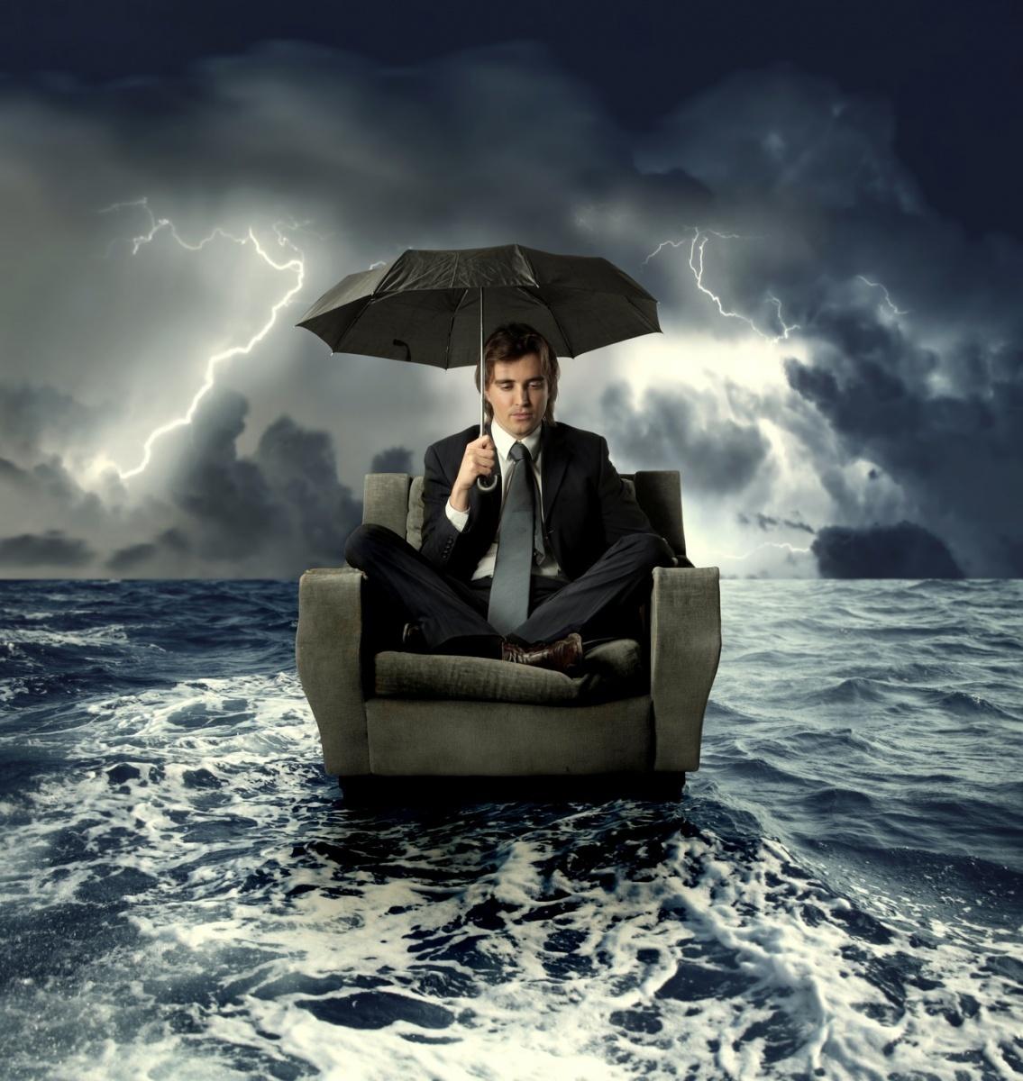 Качественнный растровый клипарт с изображением мужчины в деловом костюме под зонтом во время ливня.