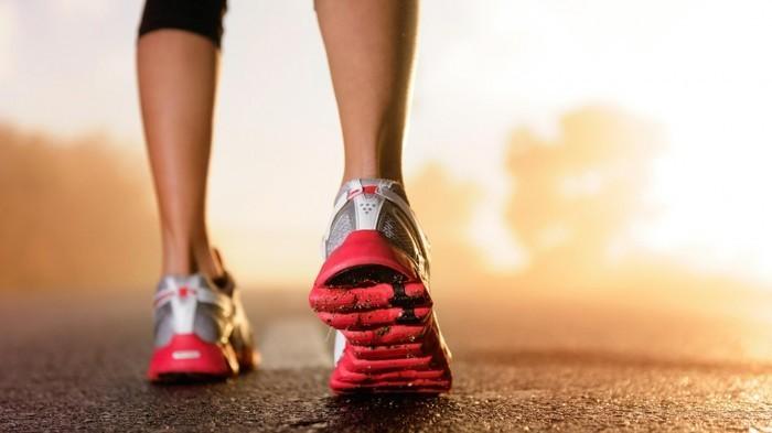 Качественный растовый клипарт с изображением ног в кроссовках бегущей девушки.
