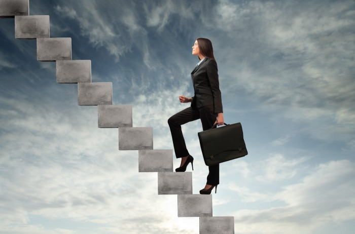 Качественный растровый клипарт с изображением деловой женщины поднимающейся по лестнице вверх.