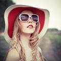 Блондинка в шляпе и очках - Blonde in hat and glasses