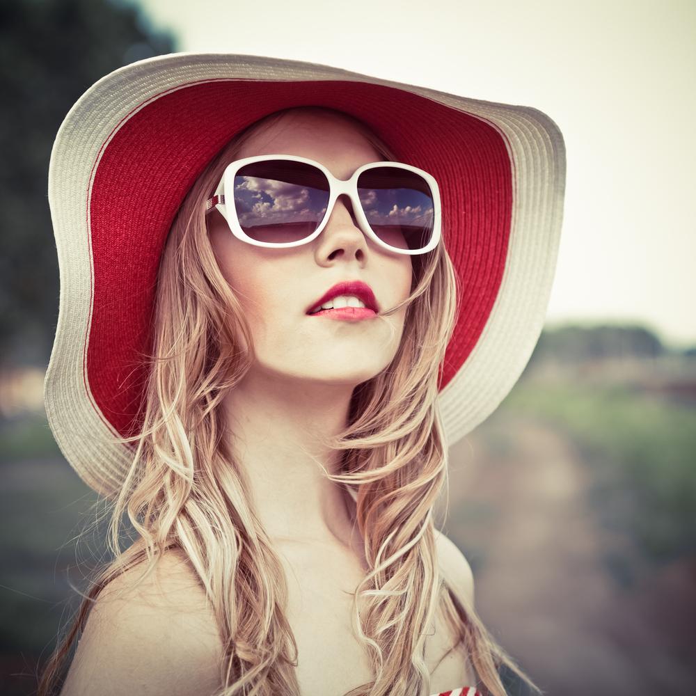 shutterstock 104937062 Блондинка в шляпе и очках   Blonde in hat and glasses