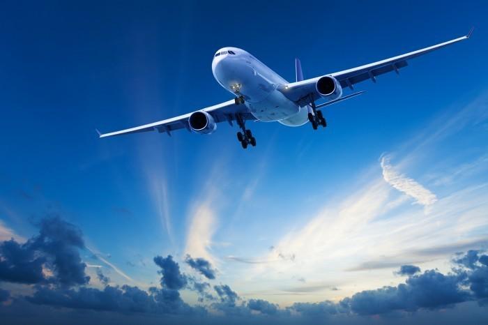 Качественный растровый клипарт с изображением самолета в небе.