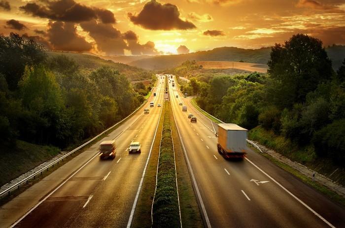 Автострада с красивым пейзажем природы в вечернее время.