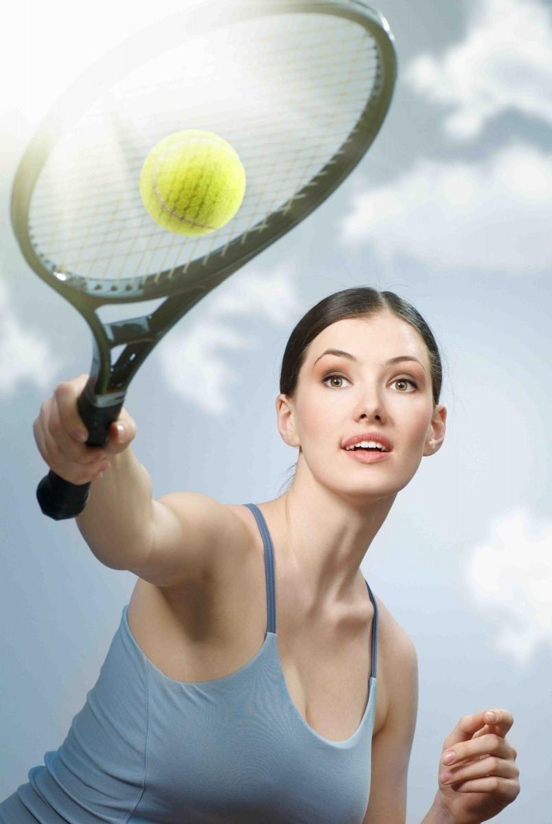 Качественный растровый клипарт с изображением девушки с ракеткой в руках.