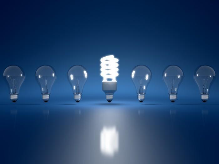 Ряд ламп с энергозберегающей лампой посредине .