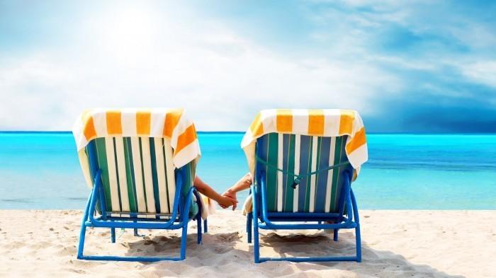 Яркий растровый клипарт на тему лета с изображением лежаков на фоне моря.