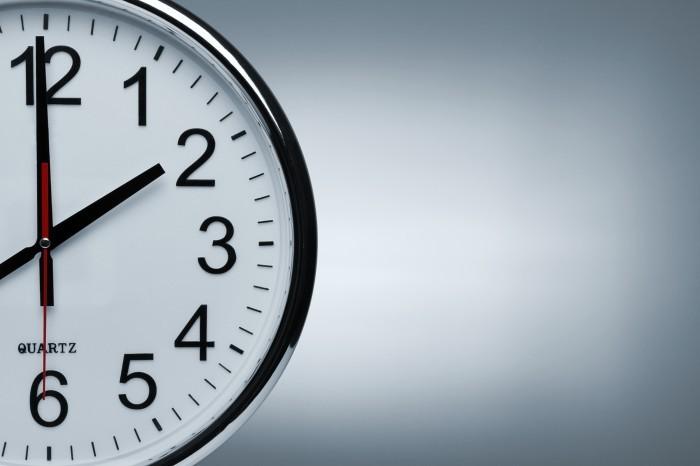 Часы на белом фоне.