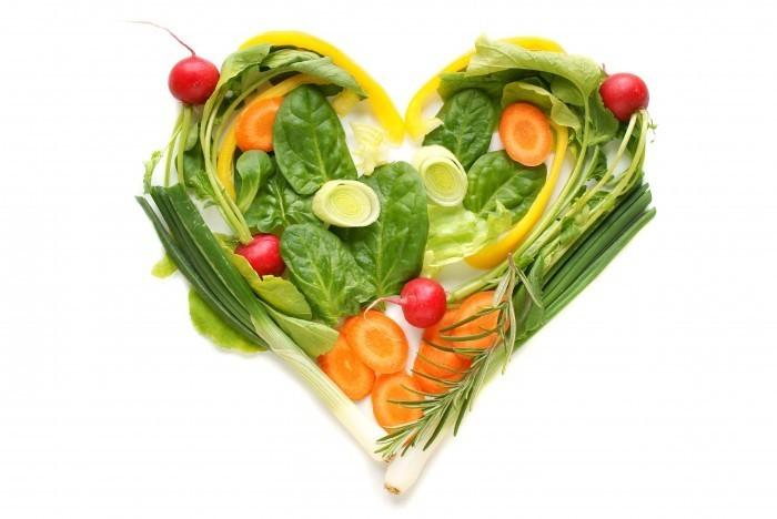 Овощное ассорти выложенное в виде сердца.