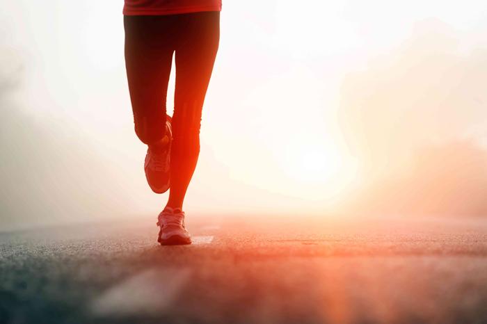 shutterstock 1033829962 Ноги бегущей девушки   Feet of a running woman