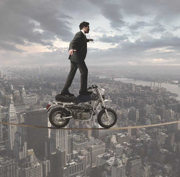 shutterstock 108464105 Мужчина на мотоцикле над городом   Man on a motorcycle over the city