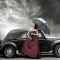 Девушка в бордовом платье возле машины - Girl in a burgundy dress near the car