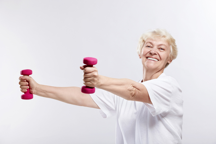 shutterstock 593301432 Старушка с гантелями   Old woman with dumbbells