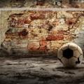 Футбольный мяч возле кирпичной стены - Soccer ball near a brick wall