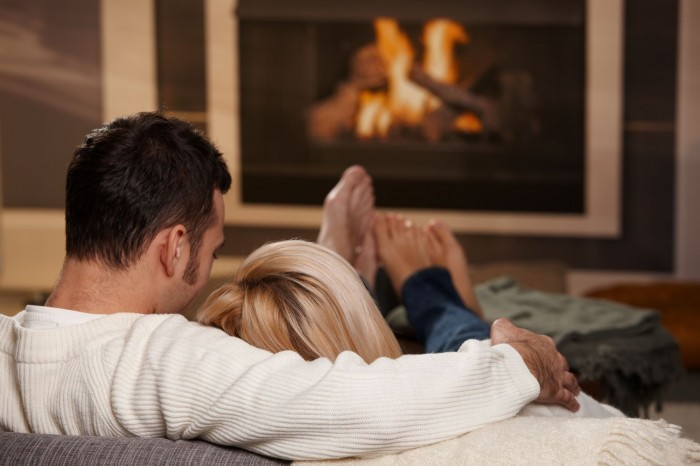 1377590923 fotolia18793167subscriptionxxl20 Мужчина и женщина у камина   Man and a woman by the fireplace