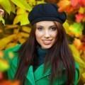 Девушка в зеленом пальто и берете осень - Girl in green coat and beret autumn