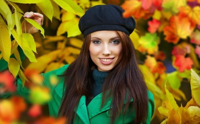 34536 2560x1600 Девушка в зеленом пальто и берете осень   Girl in green coat and beret autumn