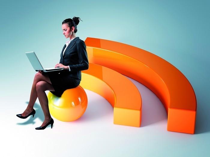 3927 shutterstock 80373337 Женщина в деловом костюме с ноутбуком   Woman in a business suit with a laptop