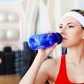 Спортивная девушка пьет воду - Sports girl drinks water