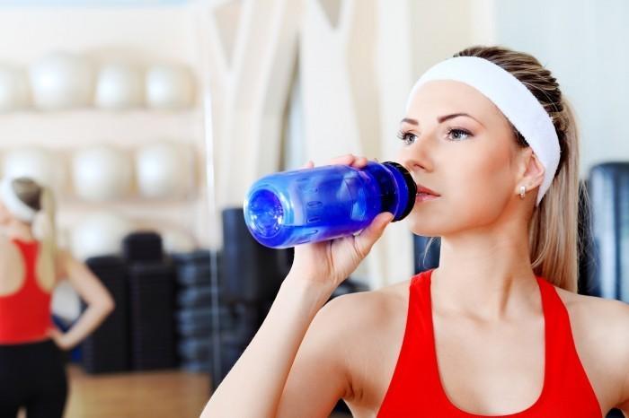 47570770 Спортивная девушка пьет воду   Sports girl drinks water