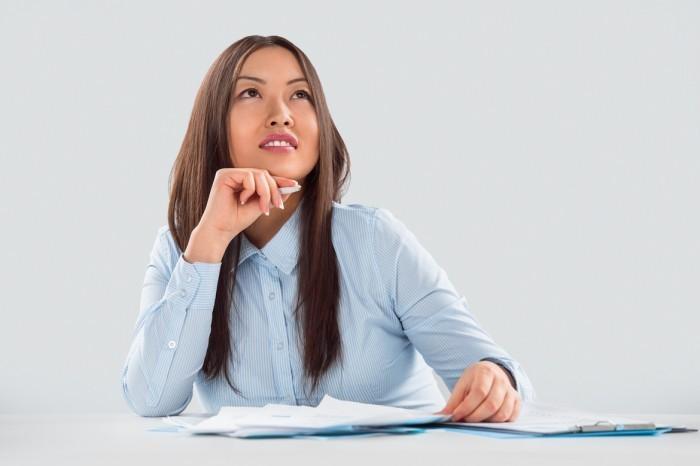 5 Девушка азиатской внешности за рабочим столом   Asian girl looks at your desk