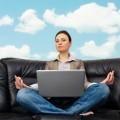 Женщина медитирует перед ноутбуком - Woman meditating in front of a laptop