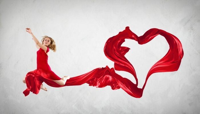 Танец девушка в красном платье