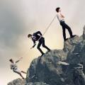 Бизнесмены на горе с канатом - Businessmen on the mountain with rope