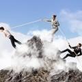 Люди взбираются на гору держась за канат - People climb up the mountain clinging to the rope