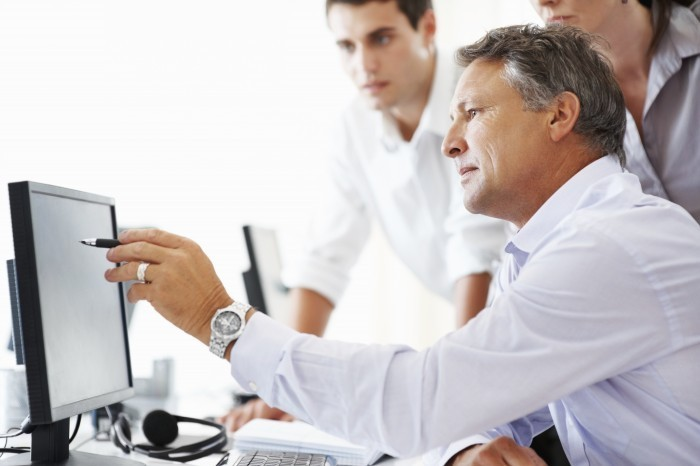 people computer istock 000017304116xlarge1 Мужчины за компьютером   Men at the computer